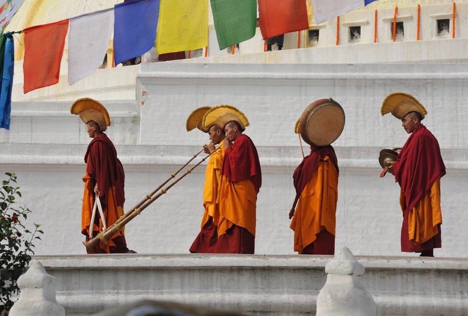 Buddhist monks process on Boudha stupa. (Photo Piero Sirianni)