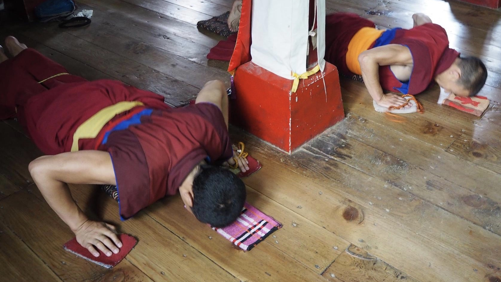 Here and chapter title above: Monksprostrating at Olka Cholung Monastery, Tibet, where Lama Tsongkhapa completedmillions of prostrations. (Photos Ven Tenzin Tsultrim)